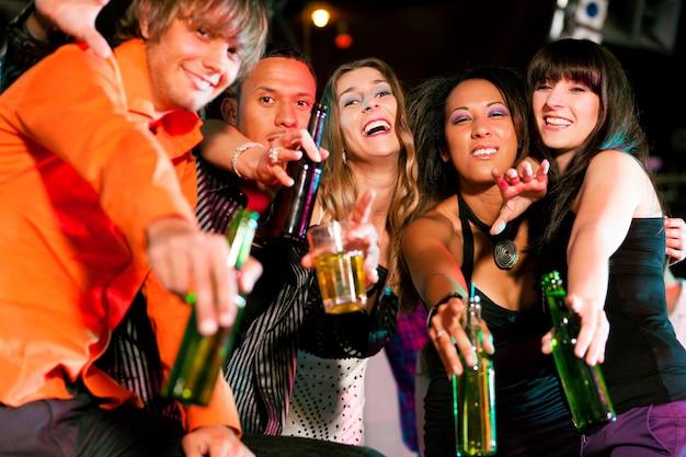 Grupa przyjaciół w nocnym klubie