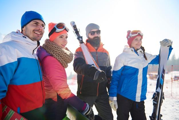 Grupa przyjaciół w ośrodku narciarskim