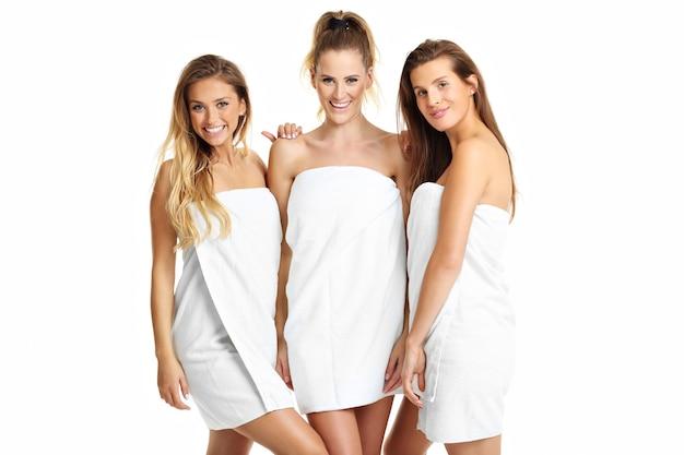 Grupa przyjaciół w ręcznikach