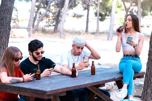 Grupa przyjaciół wykorzystująca ich smarpthone, koncepcję technologii