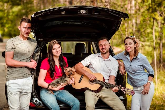 Grupa przyjaciół z gitarą