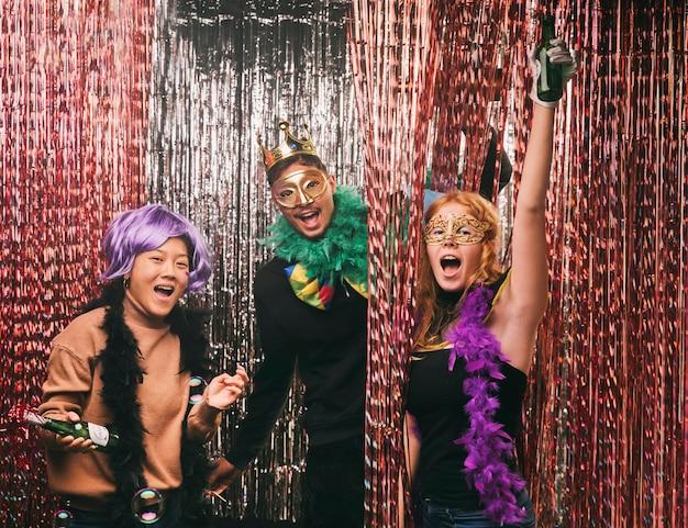Grupa przyjaciół z kostiumami na przyjęcie karnawałowe