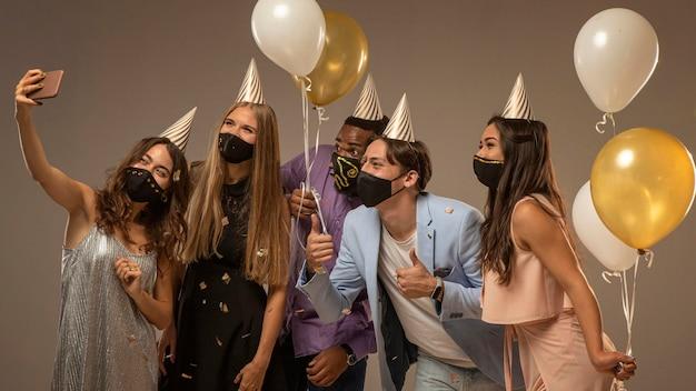 Grupa przyjaciół z okazji nowego roku koncepcja