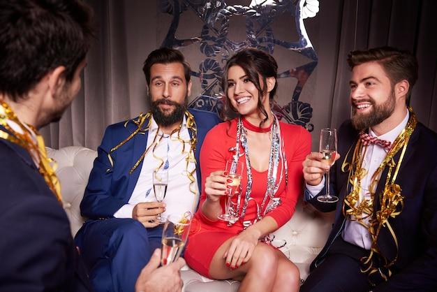 Grupa przyjaciół z szampanem na imprezie sylwestrowej