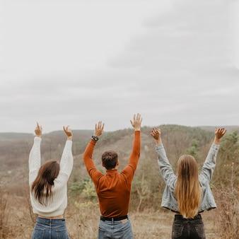 Grupa przyjaciół z widokiem przyrody