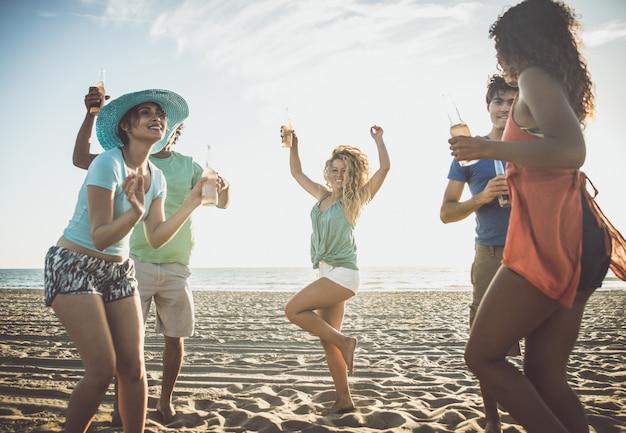 Grupa przyjaciół, zabawy na brzegu morza