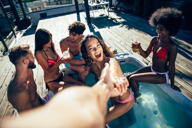 Grupa przyjaciół zabawy na dachu pięknego apartamentu na najwyższym piętrze