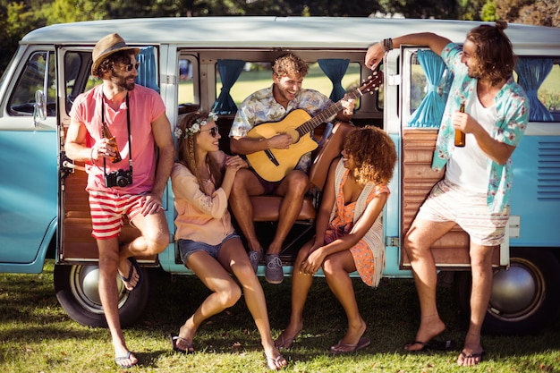 Grupa przyjaciół zabawy na festiwalu muzycznym
