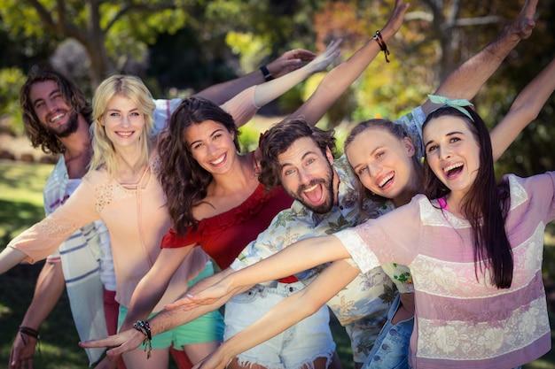 Grupa przyjaciół, zabawy w parku