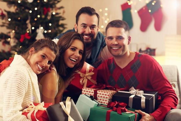 Grupa przyjaciół ze świątecznymi prezentami