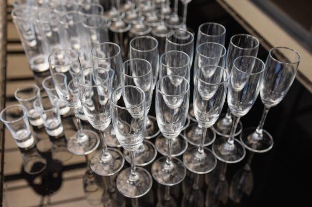 Grupa pustych i przejrzystych kieliszków do szampana w restauracji. wyczyść szklanki na stole przygotowanym przez barmana do szampana.