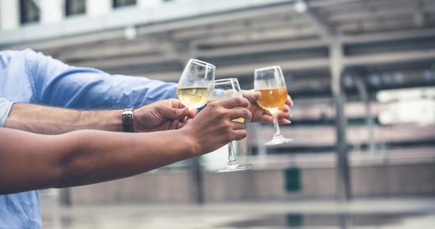 Grupa ręce szczęk kieliszki do wina