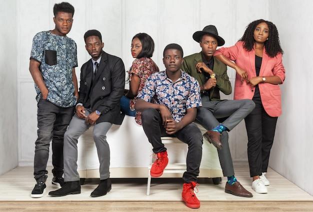 Grupa relaksujący amerykan afrykańskiego pochodzenia mężczyzna i kobiety