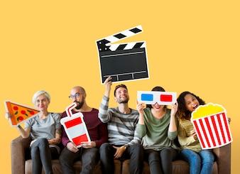 Grupa różnorodni przyjaciele trzyma filmów emoticons