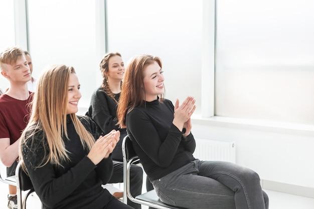 Grupa robocza młodych profesjonalistów siedząca w sali konferencyjnej