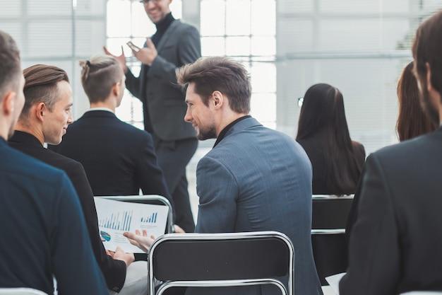 Grupa robocza omawiająca sytuację finansową na warsztatach. pomysł na biznes