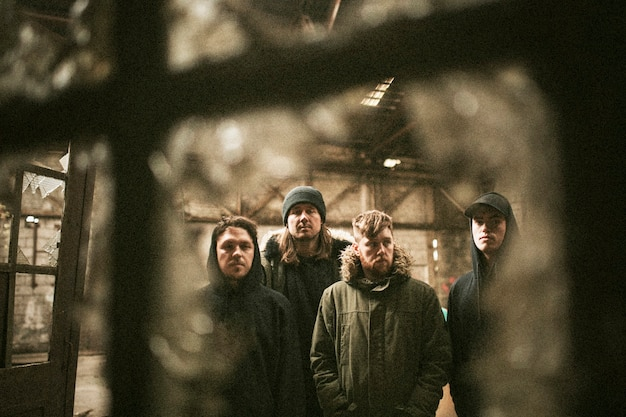 Grupa rockmanów stojących razem