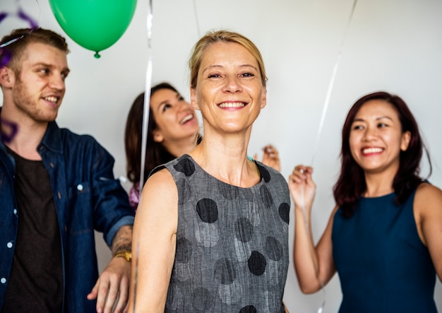 Grupa różni ludzie trzyma balony rozochoconych