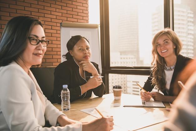 Grupa różnorodni bizneswomanów lidery w spotkaniu