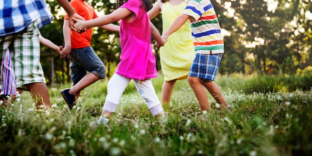 Grupa różnorodni dzieciaki bawić się w parku