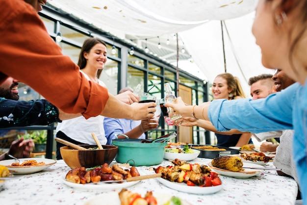 Grupa różnorodni przyjaciele cieszy się lata przyjęcia wpólnie