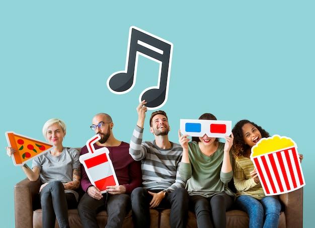Grupa różnorodni przyjaciele i muzyczna pojęcie