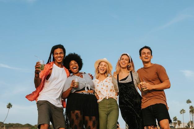 Grupa różnorodni przyjaciele wiszący przy plażą out