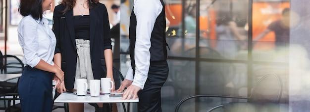 Grupa różnorodność biznesmenów młodych przyjaciół przypadkowy spotkanie i relaksuje wpólnie przy sklep z kawą - praca zespołowa i relaksuje pojęcie