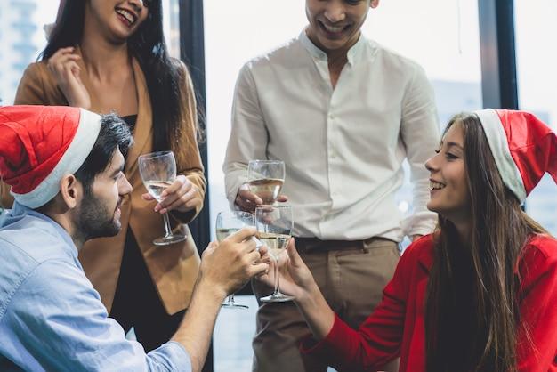 Grupa różnorodności młodych kreatywnych szczęśliwy świętuje wesołych świąt