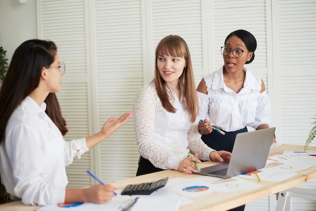 Grupa różnorodnych liderek biznesu pracujących razem w biurze. biuro firmy tylko dla kobiet.