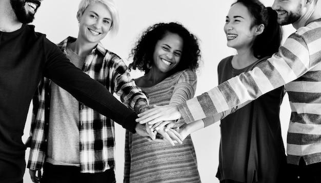 Grupa różnorodnych ludzi współpracować jako zespół
