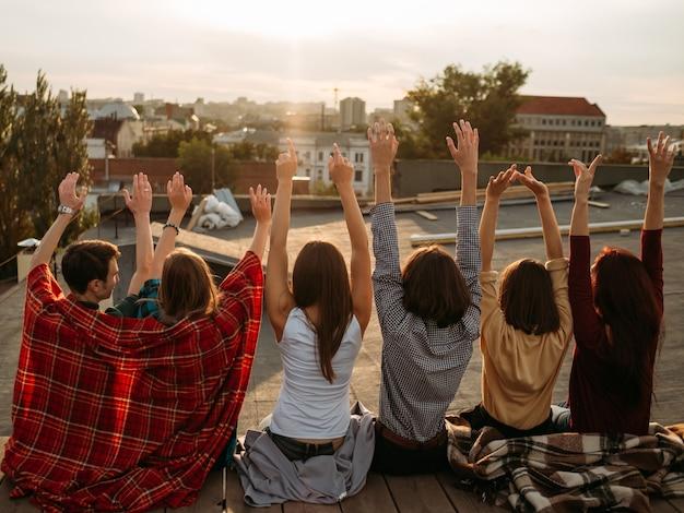 Grupa różnorodnych młodych ludzi świętujących wolność. inspiracja motywacja koncepcja beztroskiego stylu życia. więzy przyjaźni