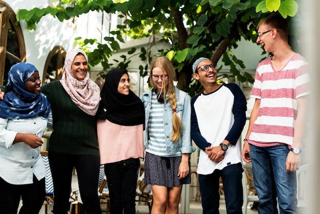 Grupa różnorodnych nastolatków