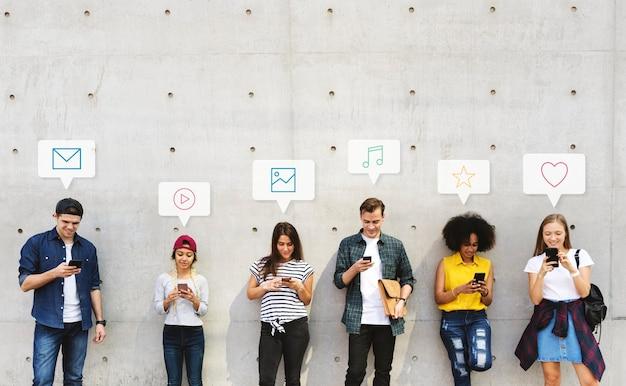 Grupa różnorodnych osób korzystających ze swoich telefonów