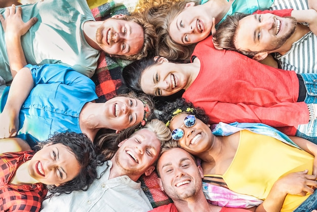 Grupa różnorodnych przyjaciół, zabawy na świeżym powietrzu