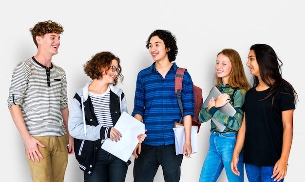 Grupa różnorodnych studentów przyjaźni razem studio portret