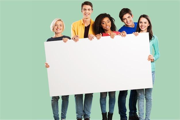 Grupa różnorodnych, wieloetnicznych, szczęśliwych młodych ludzi