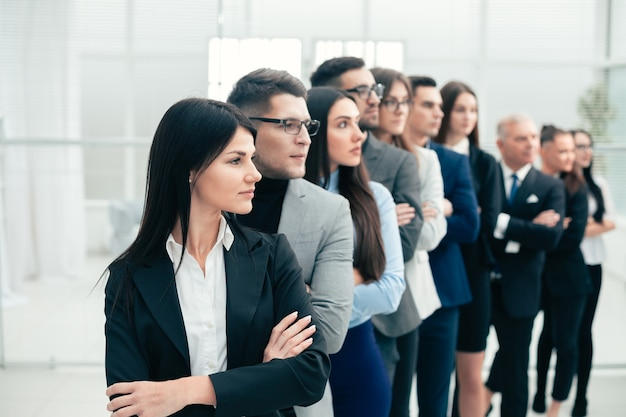 Grupa różnych ludzi biznesu stojących razem. pojęcie pracy zespołowej