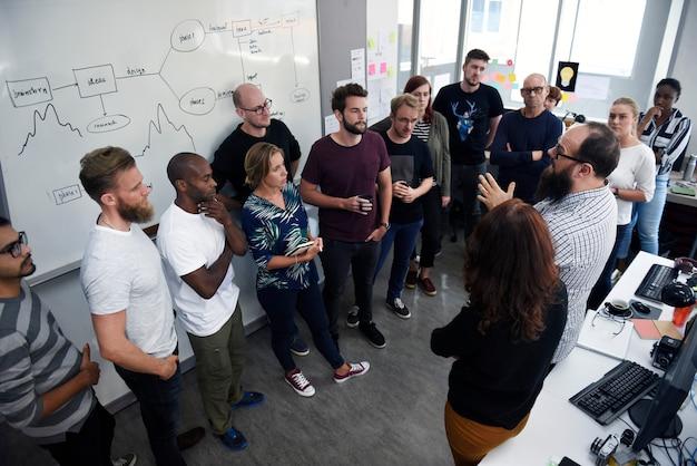 Grupa różnych ludzi uczestniczących w kursie biznesowym