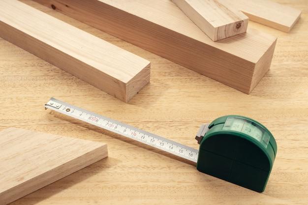 Grupa różnych materiałów drewnianych z centymetrem. miara materiału drewna stolarskiego lub koncepcja stolarki. ścieśniać