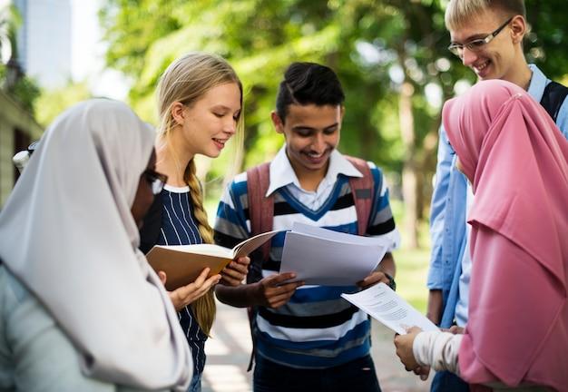 Grupa różnych nastolatków