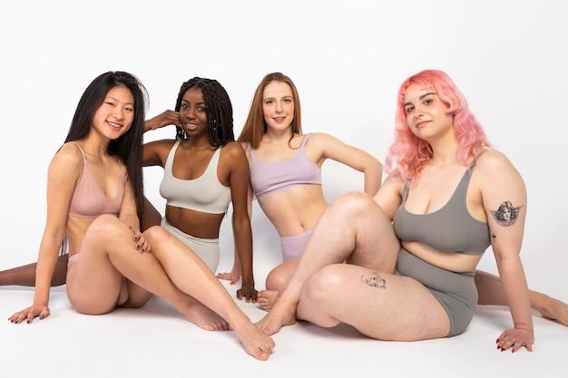 Grupa różnych pięknych kobiet przedstawiających różne rodzaje urody