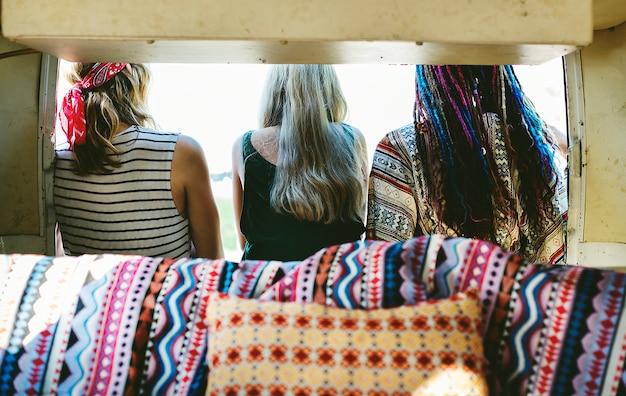 Grupa różnych przyjaciół podróży na podróż razem