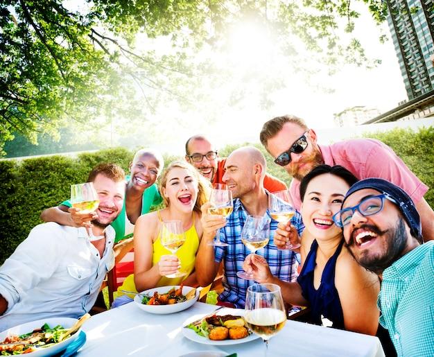 Grupa różnych przyjaciół zbiera się razem