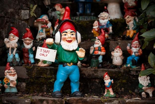 Grupa różnych zabawnych krasnali ogrodowych