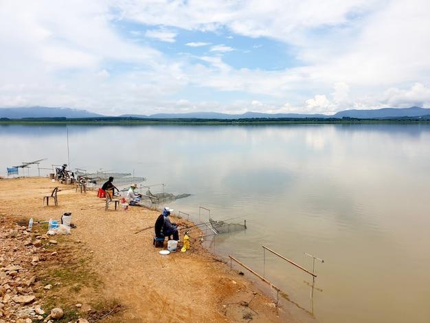 Grupa rybaków łowi ryby w zbiorniku the nong pla lai w rayong thailand