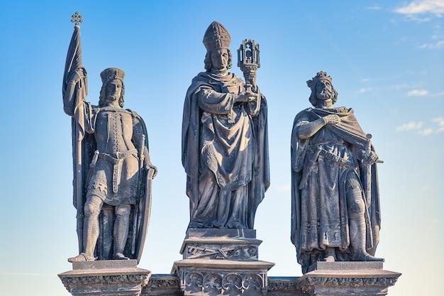 Grupa rzeźbiarska przedstawiająca św.norberta, św.wacława i św.zygmunta autorstwa josefa maxa na moście carlo w pradze