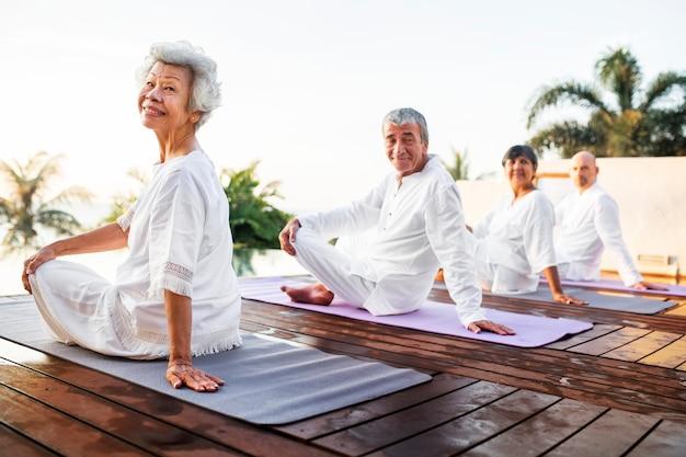 Grupa seniorów praktykujących jogę