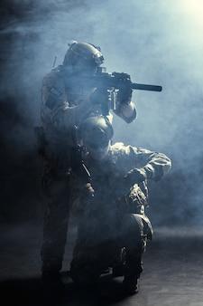Grupa sił bezpieczeństwa w mundurach bojowych z karabinami