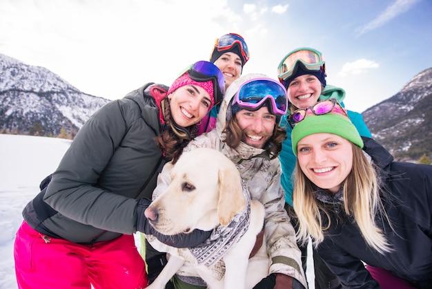 Grupa snowboardzistów na ferie zimowe